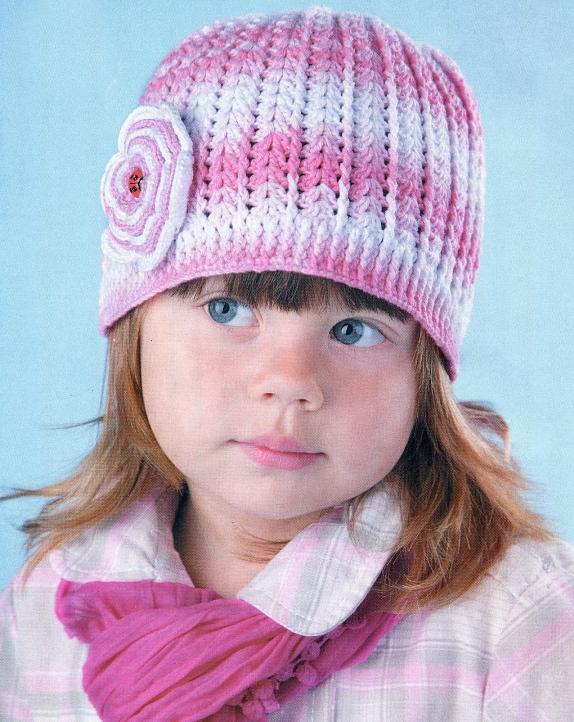 Розовая вязанная шапка для