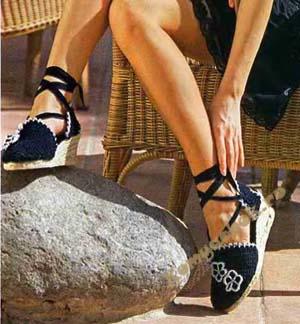 Эти вязанные крючком сандалии скорее пример реставрации с помощью вязания старой обуви. Так что не торопитесь выбрасывать поношенную обувь, немного фантазии